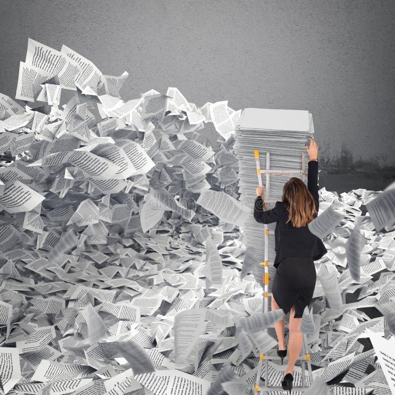Mulher de negócios com folha de papel em qualquer lugar Enterrado pelo conceito da burocracia fotos de stock