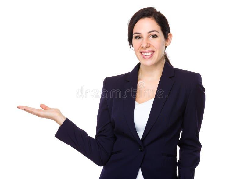 Mulher de negócios com a mão que mostra o sinal vazio imagens de stock royalty free