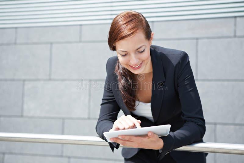 Mulher de negócios com o computador da tabuleta na maneira fotografia de stock royalty free