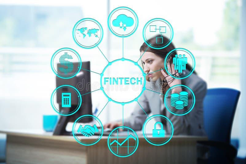 Mulher de negócios com o computador no fintech financeiro da tecnologia concentrado foto de stock