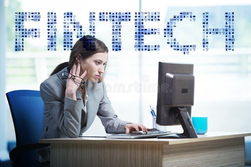 Mulher de negócios com o computador no fintech financeiro da tecnologia concentrado foto de stock royalty free