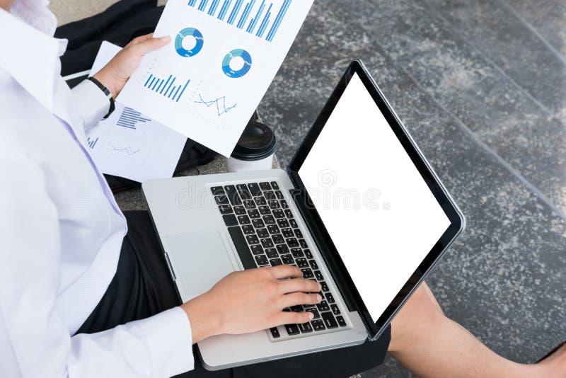 Mulher de negócios com o laptop & o gráfico financeiro que sentam-se para fora imagem de stock