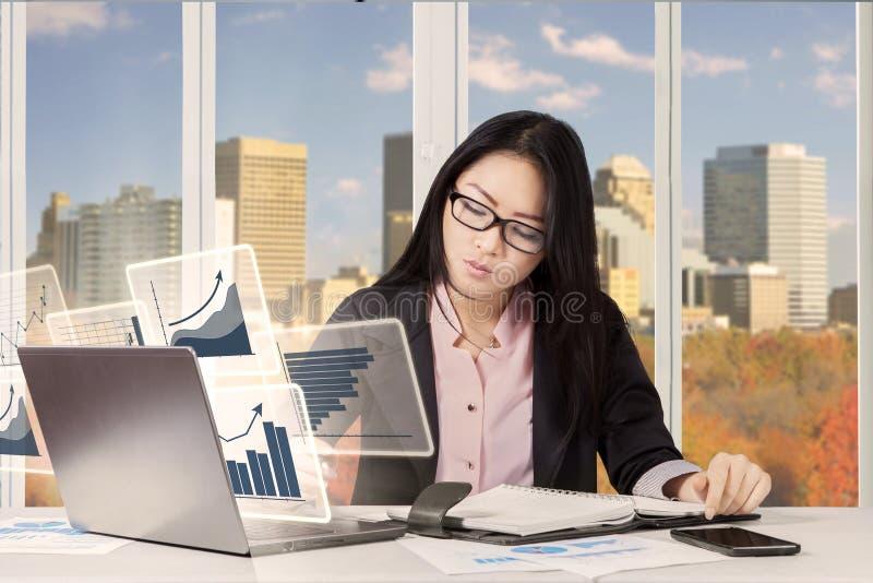 Mulher de negócios com o livro da carta e do lembrete foto de stock royalty free