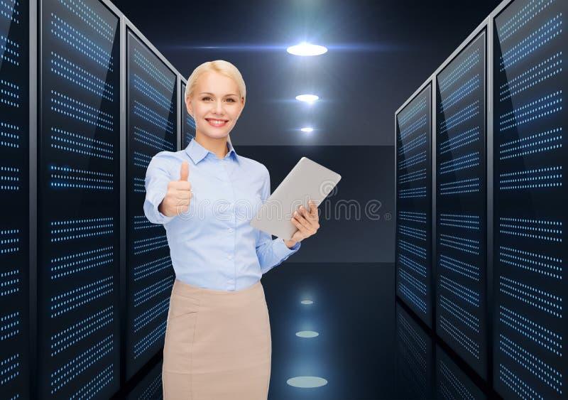 Mulher de negócios com o PC da tabuleta sobre a sala do servidor fotos de stock