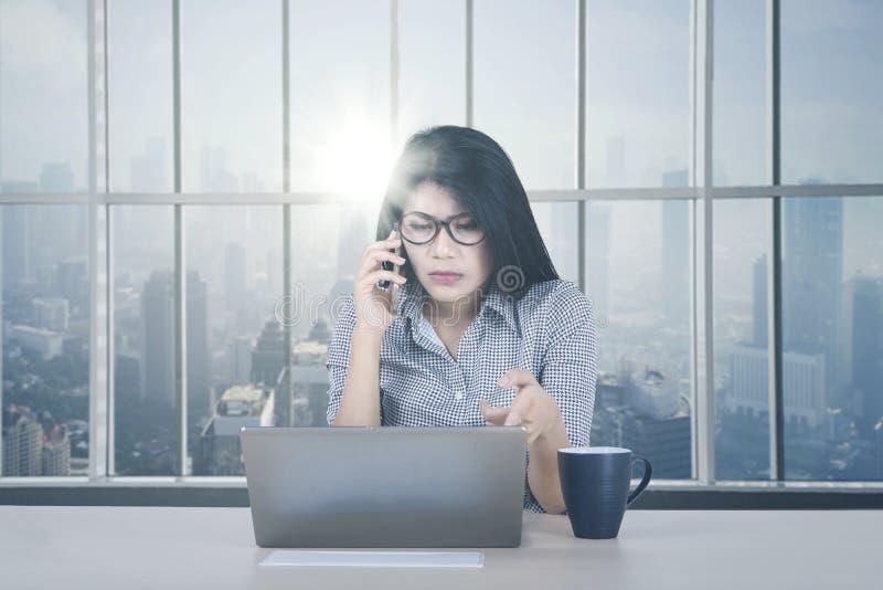 Mulher de negócios com o portátil danificado pela janela imagens de stock royalty free