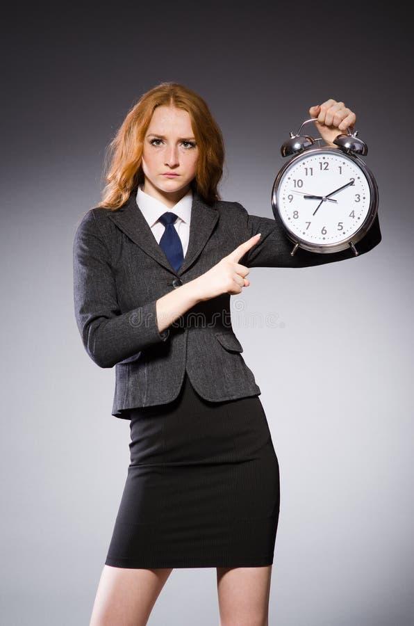 Mulher de negócios com o pulso de disparo que está atrasado imagem de stock royalty free