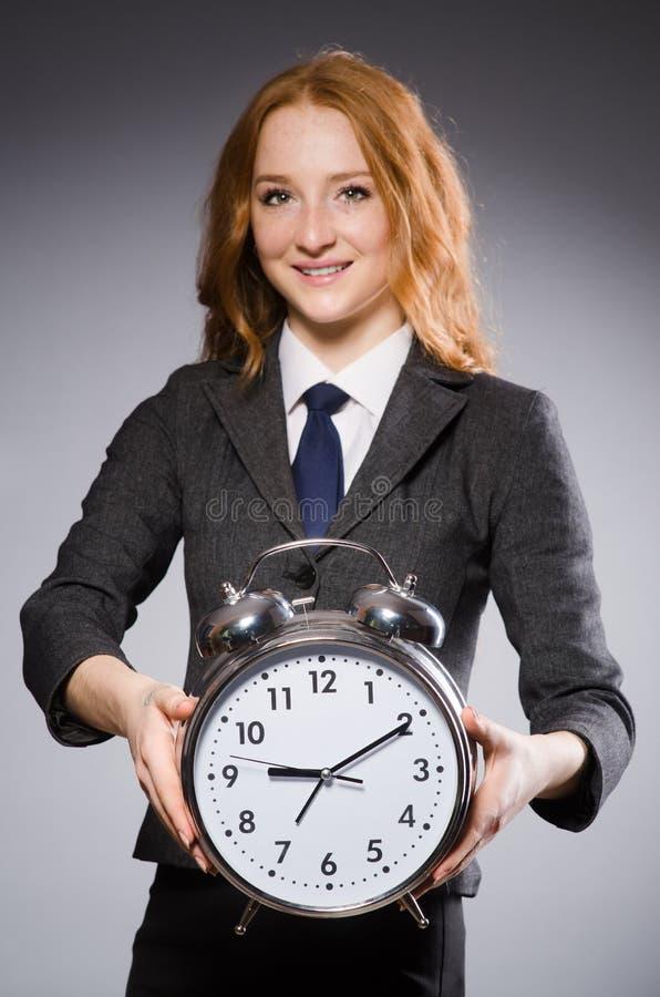 Mulher de negócios com o pulso de disparo que está atrasado fotografia de stock