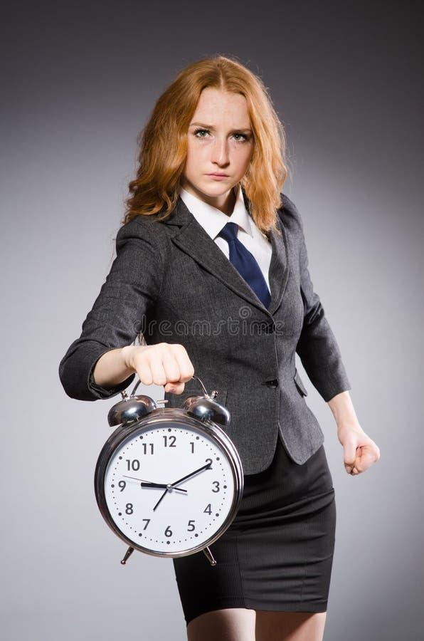 Mulher de negócios com o pulso de disparo que está atrasado fotos de stock royalty free