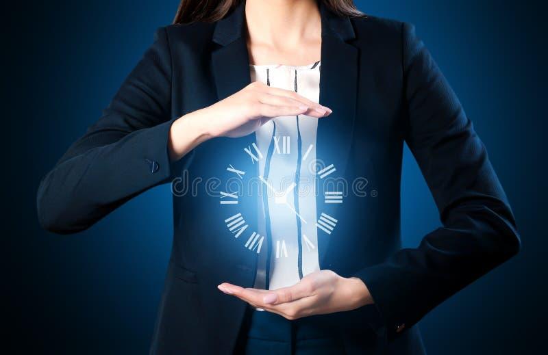 Mulher de negócios com o pulso de disparo virtual no fundo escuro Conceito da gest?o de tempo imagens de stock royalty free