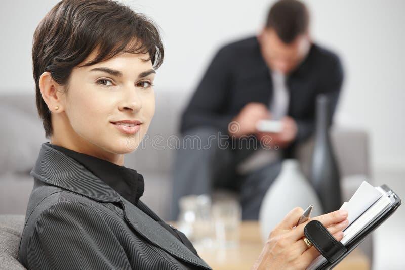 Mulher de negócios com organizador pessoal fotografia de stock