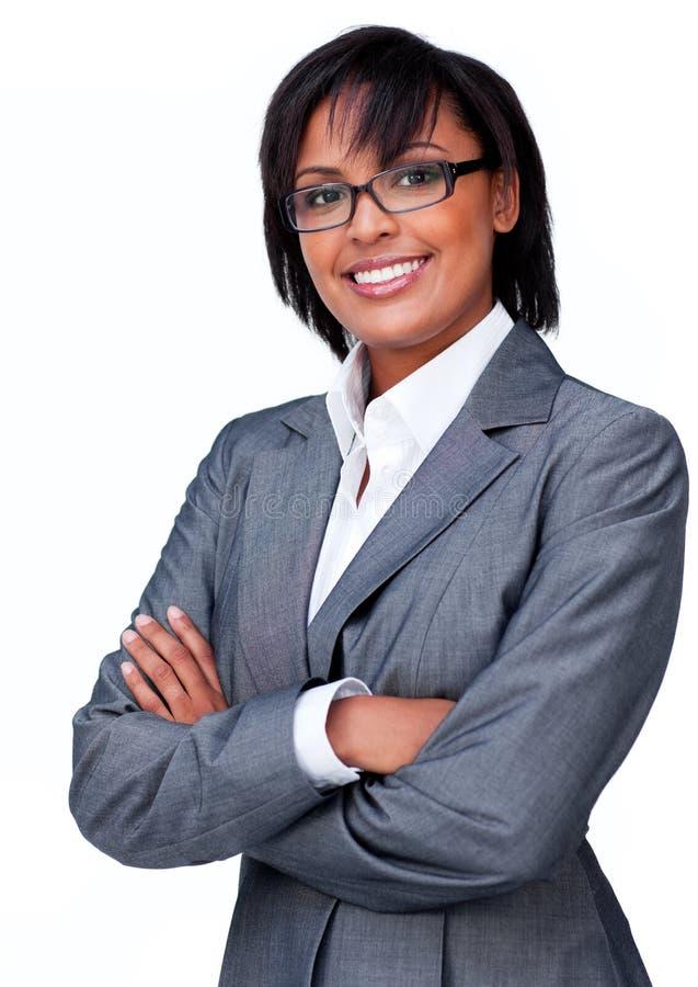 Mulher de negócios com os braços dobrados que desgastam vidros imagens de stock