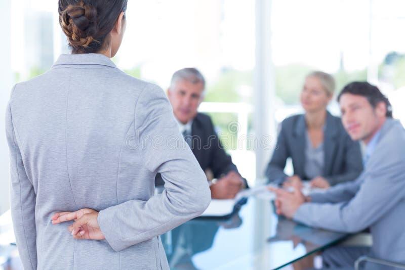Mulher de negócios com os dedos cruzados atrás dela para trás imagens de stock royalty free