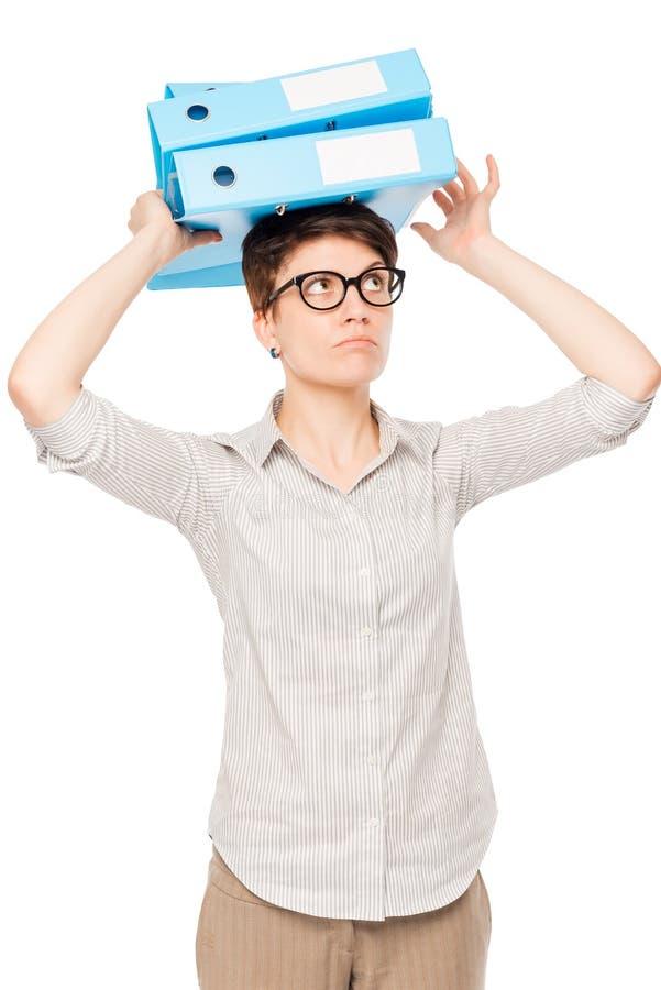 Mulher de negócios com os dobradores em sua cabeça que guarda um equilíbrio fotografia de stock royalty free