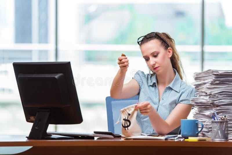 A mulher de negócios com os sacos do dinheiro no escritório fotos de stock
