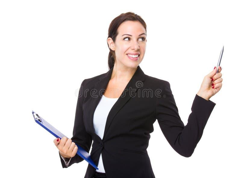 Mulher de negócios com ponto da prancheta e de pena acima imagens de stock royalty free