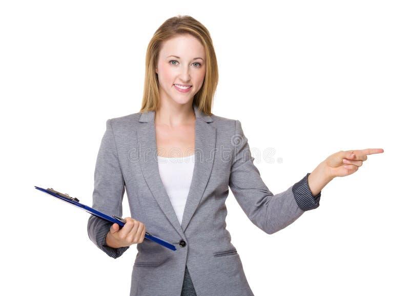 Mulher de negócios com ponto da prancheta e do dedo de lado fotos de stock