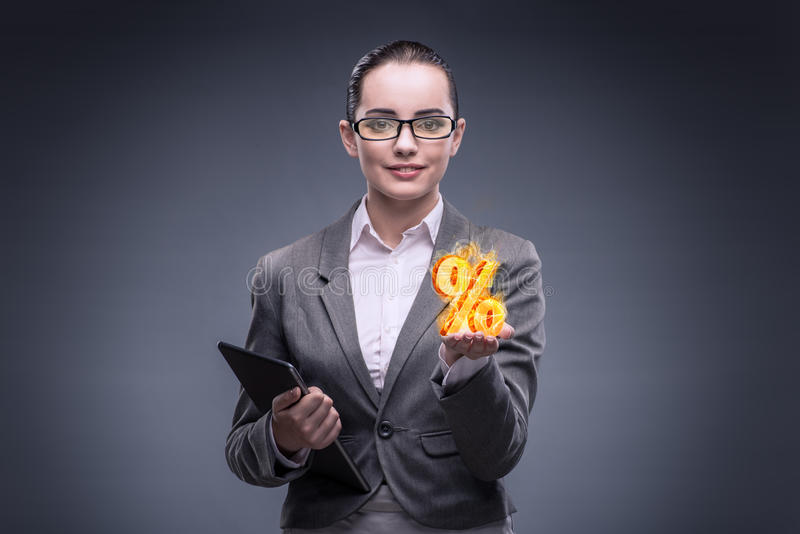 A mulher de negócios com por cento assina dentro o conceito alto do interesse fotografia de stock