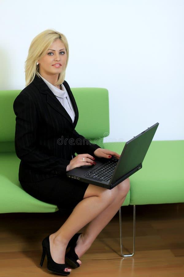 Mulher de negócios com portátil foto de stock