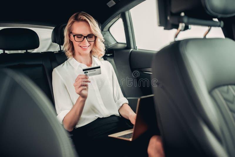 Mulher de negócios com portátil que compra em linha fotografia de stock