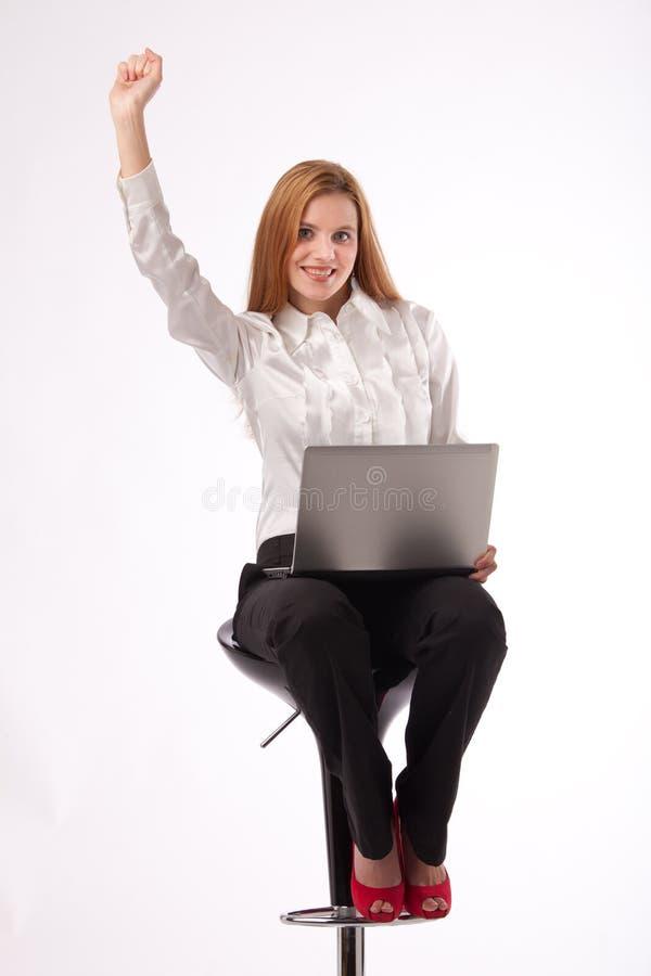 Mulher de negócios com sorriso do portátil fotografia de stock
