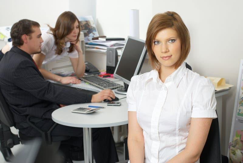 Mulher de negócios com sua equipe imagem de stock