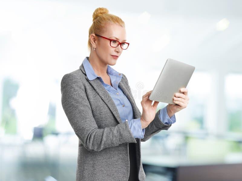 Mulher de negócios com tabuleta de Digitas imagem de stock royalty free