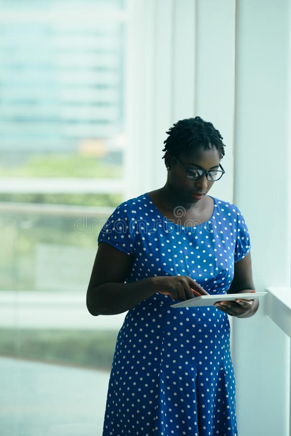Mulher de negócios com tabuleta de Digitas foto de stock