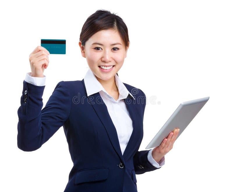 Mulher de negócios com tabuleta e mostrar o cartão de crédito fotografia de stock royalty free