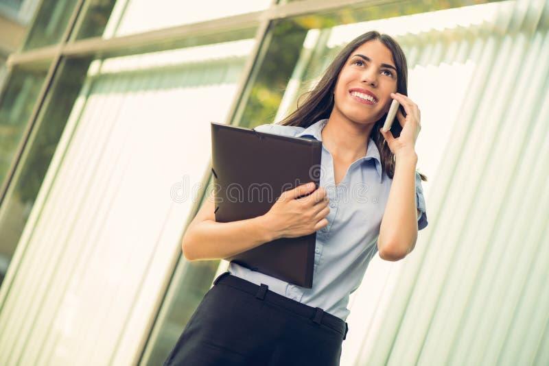 Mulher de negócios com telefone esperto fotografia de stock