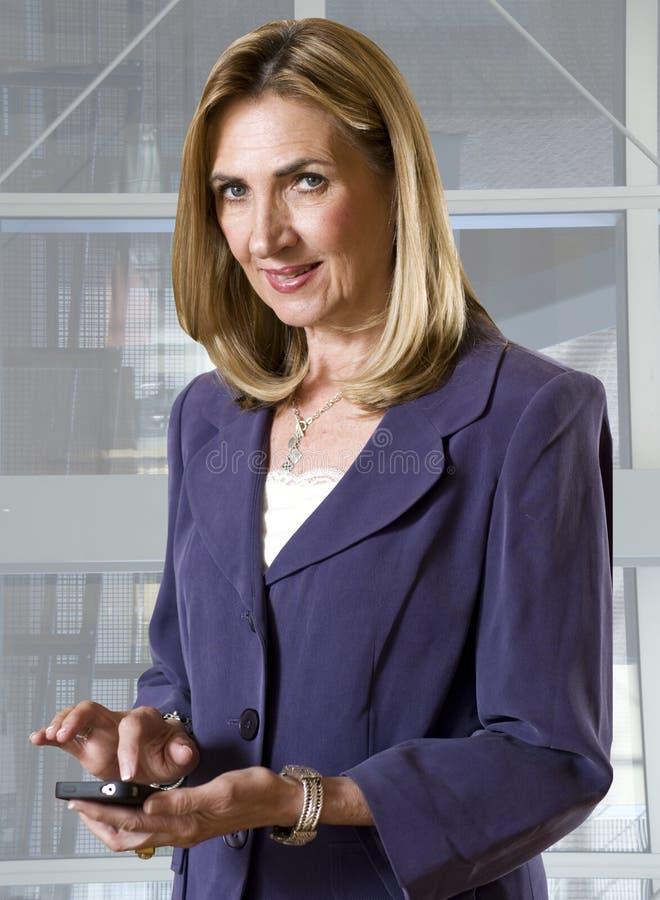 Mulher de negócios com telefone móvel fotografia de stock royalty free