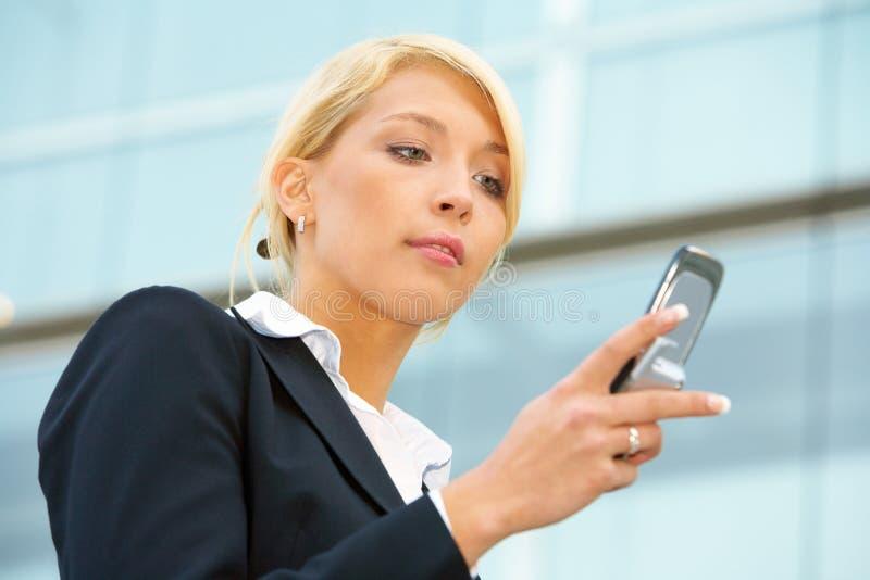 Mulher de negócios com telefone móvel fotos de stock royalty free