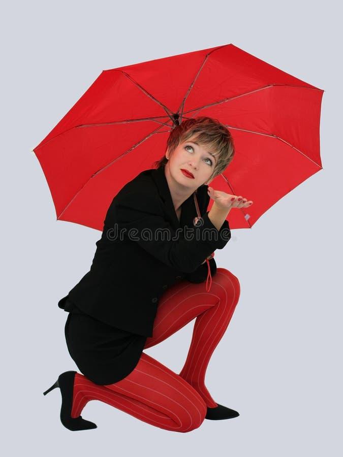 Mulher de negócios com um guarda-chuva vermelho foto de stock royalty free