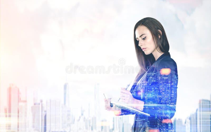 Mulher de negócios com um planejador, cidade nevoenta imagens de stock