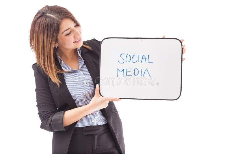 Mulher de negócios com um sinal SOCIAL dos MEIOS foto de stock
