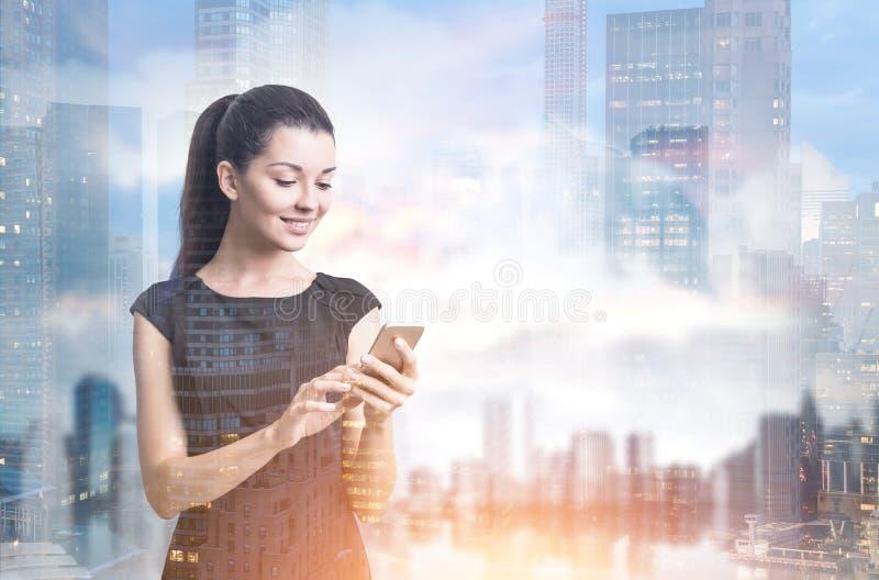 Mulher de negócios com um smartphone, cidade imagem de stock royalty free