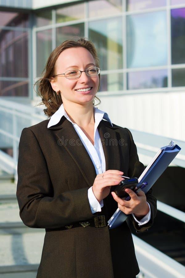 Mulher de negócios com um telefone móvel. fotografia de stock royalty free