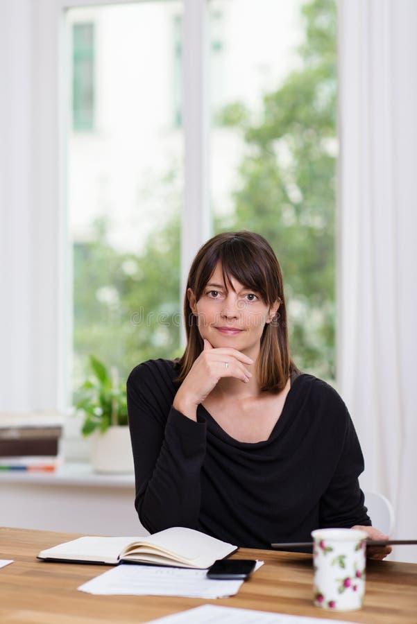Mulher de negócios com uma expressão pensativa fotografia de stock
