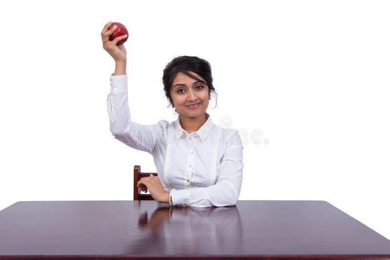 Mulher de negócios com uma maçã imagens de stock