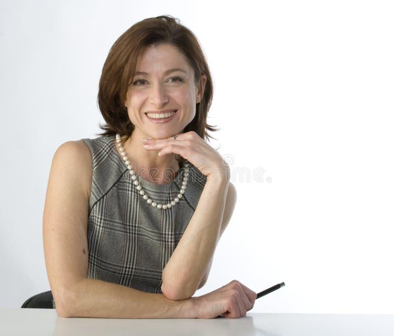 Mulher de negócios com uma pena à disposicão imagem de stock