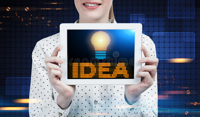 Mulher de negócios com uma tabuleta, ideia, azul fotos de stock royalty free