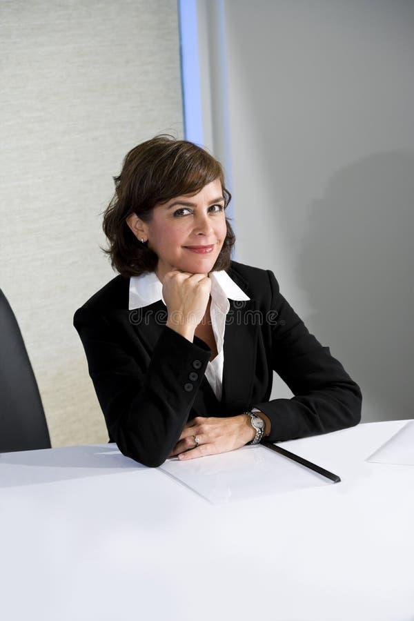 Mulher de negócios confiável do meados de-adulto imagem de stock royalty free
