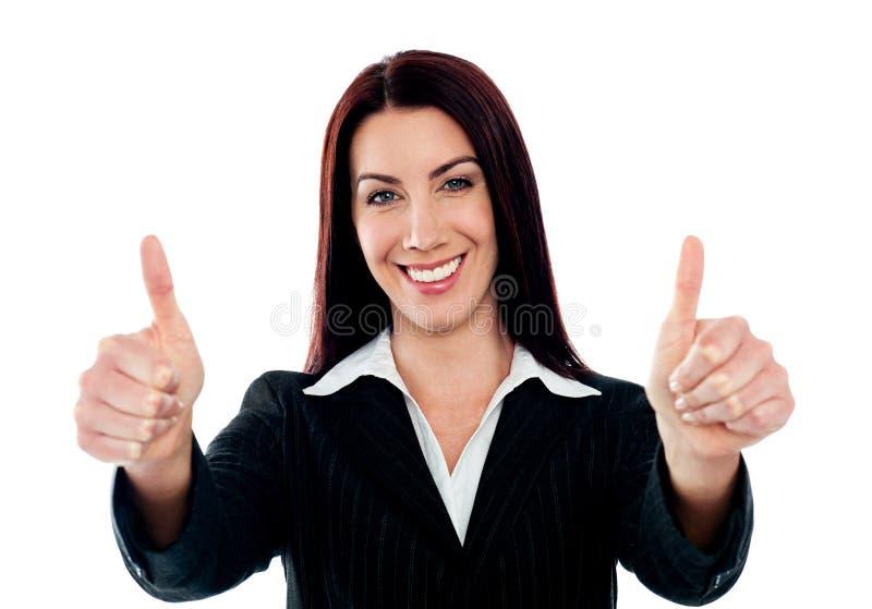 Mulher de negócios confiável que mostra o thumbs-up dobro foto de stock royalty free