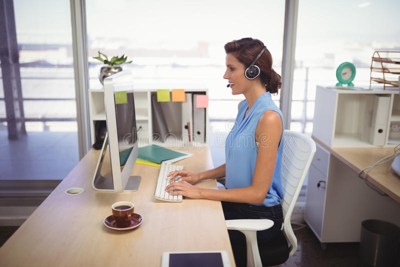 Mulher de negócios confiável que trabalha no escritório fotografia de stock