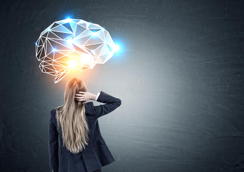 Mulher de negócios confusa que olha o holograma do cérebro imagens de stock royalty free
