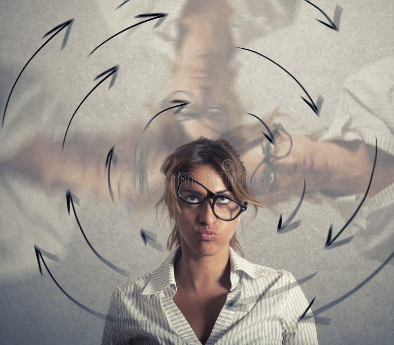 A mulher de negócios confusa tem a vertigem conceito do esforço e do excesso de trabalho fotografia de stock royalty free