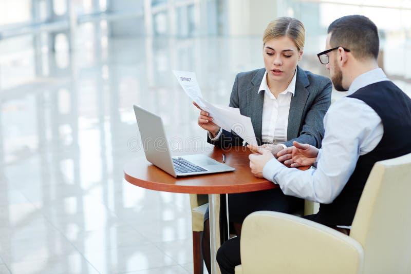 Mulher de negócios consideravelmente nova Working com o cliente na reunião fotografia de stock royalty free