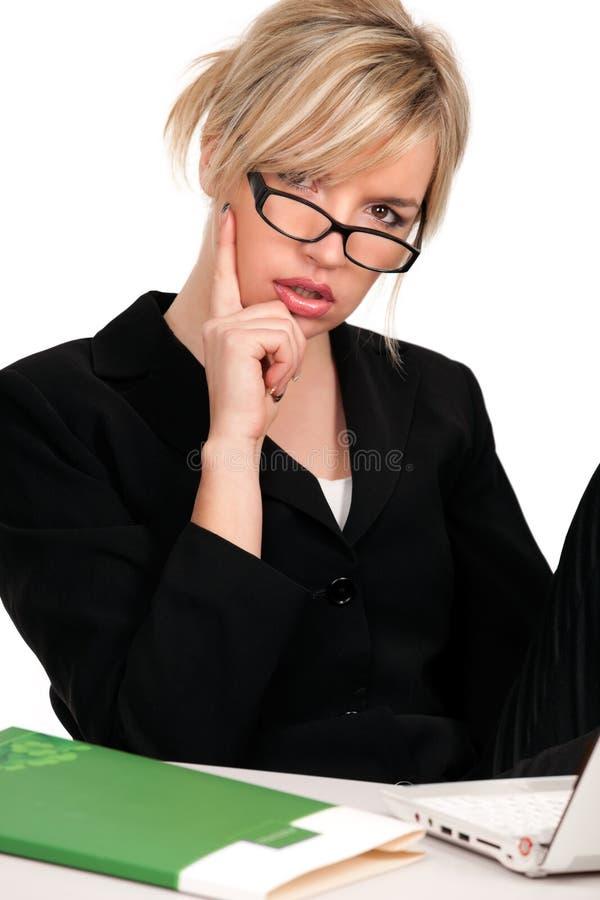 Mulher de negócios consideravelmente pensativa imagens de stock royalty free