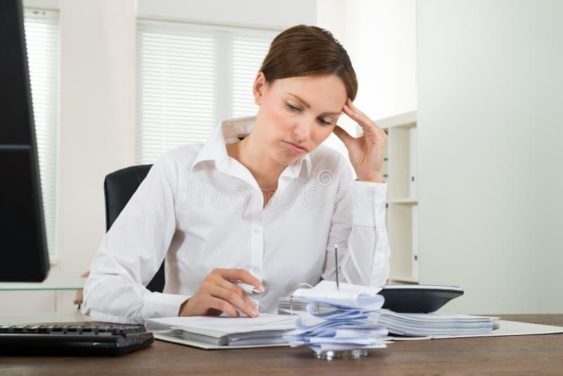 Mulher de negócios contemplada Calculating Receipts imagens de stock