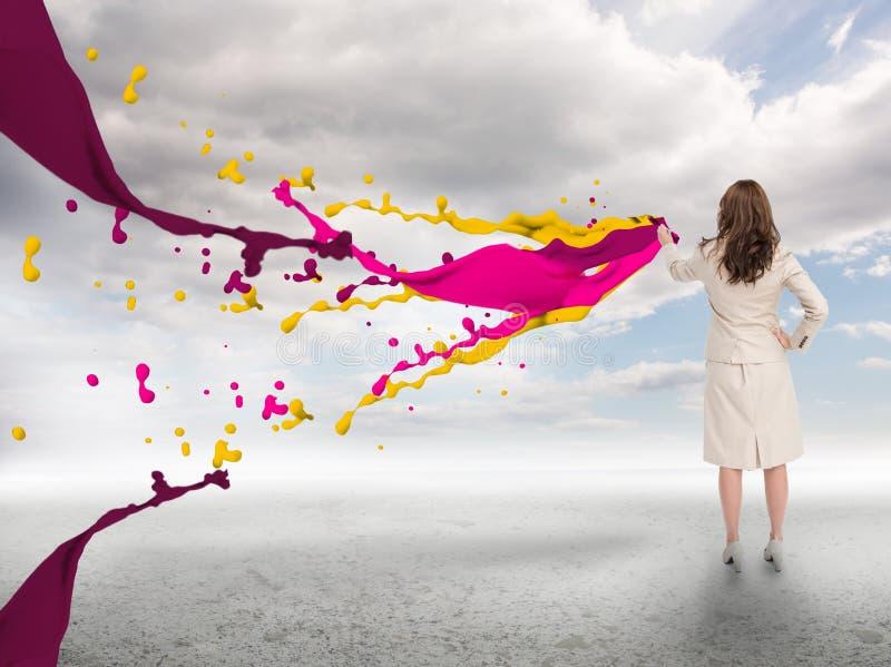 Mulher de negócios criativa com respingo das pinturas imagem de stock