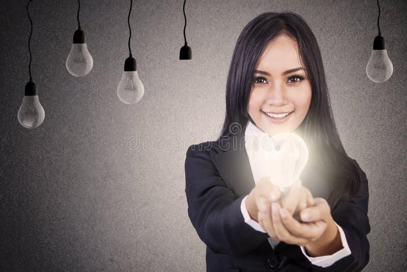 A mulher de negócios dá a ideia brilhante foto de stock